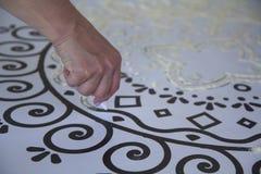 Рука женщины создавая мандалу посредством песка Стоковое фото RF