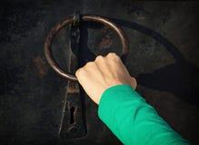 Рука женщины стучая на двери с knocker Стоковые Фотографии RF