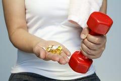 Рука женщины с витаминами и лекарством Стоковое Изображение RF