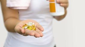 Рука женщины с витаминами и лекарством Стоковые Изображения RF