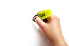 Рука женщины с желтым highlighter на белой предпосылке Стоковая Фотография RF