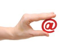 Рука женщины с иконой электронной почты Стоковое Изображение
