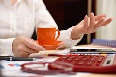 Рука женщины с кофейной чашкой Стоковая Фотография RF