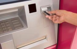 Рука женщины с кредитной карточкой, используя ATM Стоковая Фотография RF