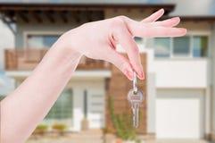 Рука женщины с ключом здания Стоковые Фото