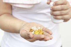 Рука женщины с маслом и дополнениями печени трески стоковое фото rf