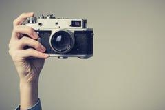 Рука женщины с ретро камерой r Стоковая Фотография