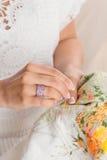 Рука женщины с розовым кольцом ювелирных изделий Стоковое Изображение RF