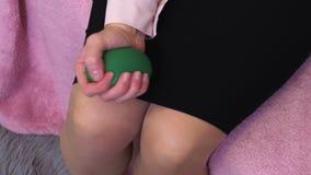 Рука женщины с шариком стресса видеоматериал