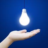Рука с электрической лампочкой Стоковое Изображение RF