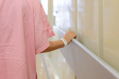Рука женщин терпеливая держа к поручню в больнице Стоковая Фотография RF
