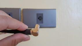 Рука затыкая антенный кабель к ТВ стоковое изображение rf