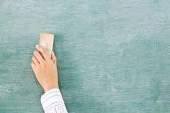рука зеленого цвета мелка доски Стоковые Изображения RF