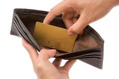 рука золота кредита карточки принимая бумажник Стоковое Фото