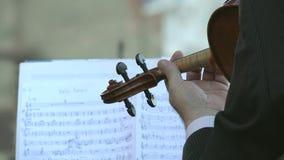 Рука играя деталь скрипки видеоматериал