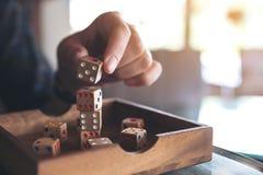 Рука играя и строя деревянная dices Стоковые Фотографии RF