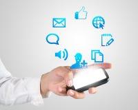 Рука играя современное применение мобильного телефона Стоковая Фотография RF