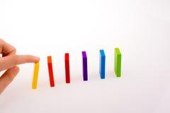 Рука играя с покрашенным домино Стоковые Изображения RF