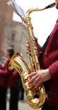 рука игрока и золотого саксофона стоковое изображение rf