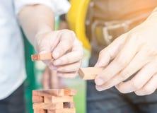 Рука инженера делая деревянные блоки Стоковая Фотография RF