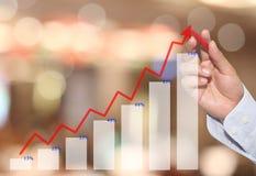 рука линии дела касания бизнесмена диаграммы в пиковом пункте Стоковое Изображение RF