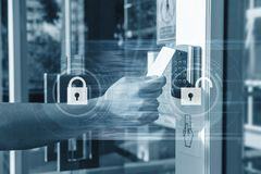 Рука используя карточку безопасностью ключевую открывая дверь к входу частного здания Система безопасности дома и здания стоковое фото rf