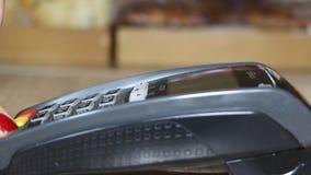 Рука используя стержень банка для оплаты кредитной карточки сток-видео