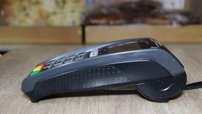 Рука используя стержень банка для оплаты кредитной карточки видеоматериал