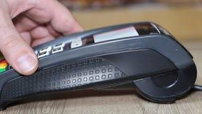 Рука используя стержень банка для оплаты кредитной карточки акции видеоматериалы