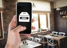 Рука используя телефон с дарит значок коробки призрения Стоковые Изображения RF