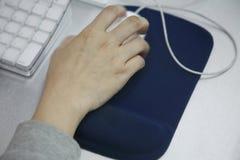 Рука используя мышь компьютера Стоковые Фото