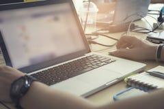 Рука используя тетрадь компьютера, винтажный тон человека Стоковые Фото