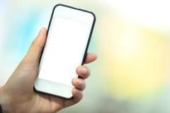 Рука используя умный телефон в городе Стоковая Фотография