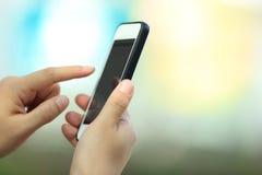 Рука используя умный телефон в городе Стоковые Изображения RF
