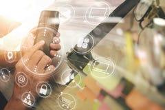 рука используя умный телефон, покупки передвижных оплат онлайн, omni chan Стоковые Изображения RF