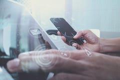 рука используя умный телефон, покупки передвижных оплат онлайн, omni chan Стоковая Фотография RF
