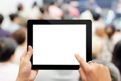 Рука используя цифровую таблетку с пустым экраном Стоковые Фотографии RF
