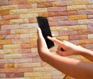 Рука используя smartphone Стоковые Фотографии RF