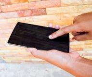 Рука используя smartphone Стоковые Изображения