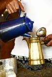 Рука лить свеже заваренный кофе Стоковая Фотография RF