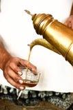 Рука лить свеже заваренный кофе Стоковые Изображения RF