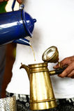Рука лить свеже заваренный кофе Стоковые Фотографии RF