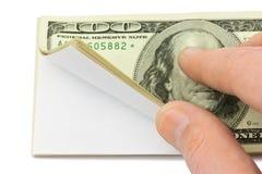 Рука и валюшка бумаги стоковые изображения