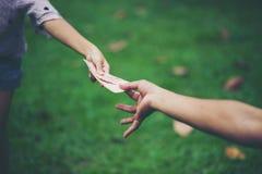 Рука и деньги для того чтобы оплатить один другого хорошая вещь и должны сделать t стоковая фотография rf