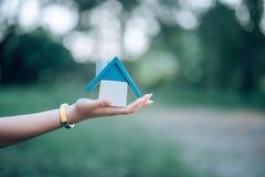 Рука и дом маленькой девочки, принятого Белого Дома стоковые изображения