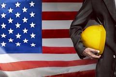 Рука или рука шлема желтого цвета владением инженера пластичного для работника Стоковые Изображения RF