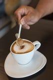 Рука и кофе капучино Стоковое Изображение RF