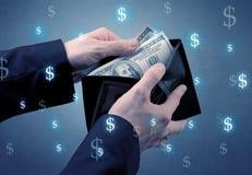 Рука и много деньги в бумажнике Стоковое Фото