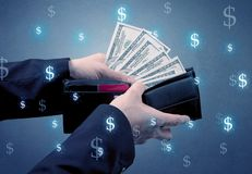 Рука и много деньги в бумажнике Стоковое фото RF