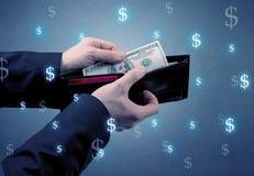 Рука и много деньги в бумажнике Стоковое Изображение
